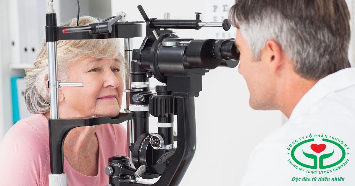 Thăm khám định kỳ thường xuyên để kiểm soát đục thủy tinh thể ở người già